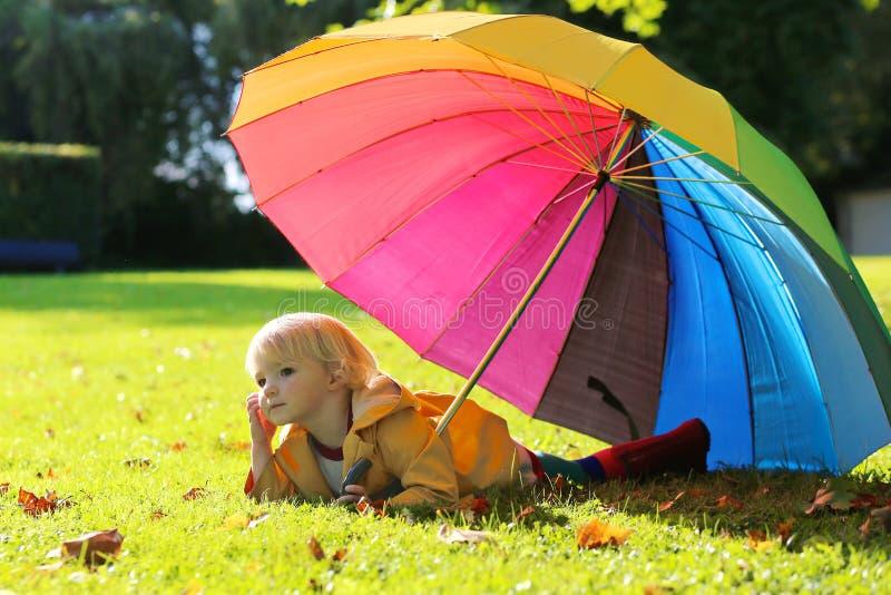 Πορτρέτο του μικρού κοριτσιού preschooler με τη ζωηρόχρωμη ομπρέλα στοκ φωτογραφία