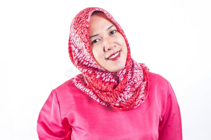 Πορτρέτο του μουσουλμανικού χαμογελώντας κοριτσιού επιχειρησιακών γυναικών, που θέτει στο άσπρο υπόβαθρο στούντιο Νέα συναισθηματ στοκ εικόνα με δικαίωμα ελεύθερης χρήσης