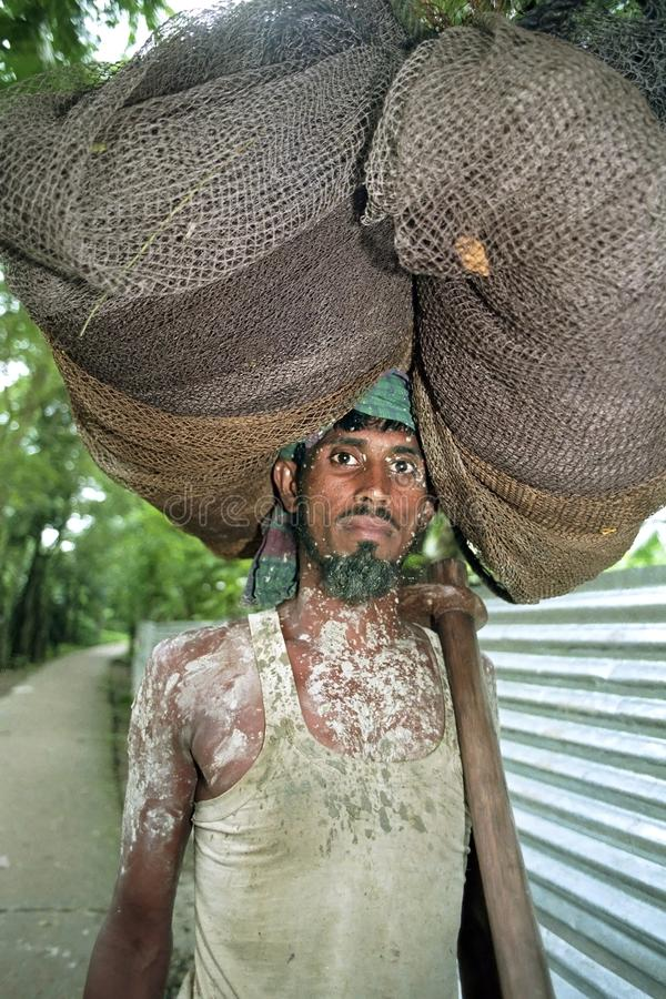 Πορτρέτο του του Μπαγκλαντές ψαρά lugging το δίχτυ ψαρέματος στοκ εικόνα