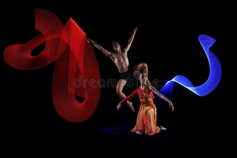 Πορτρέτο του μπαλέτου ζευγών που χορεύει με την επίδραση φω'των κινήσεων στοκ εικόνες