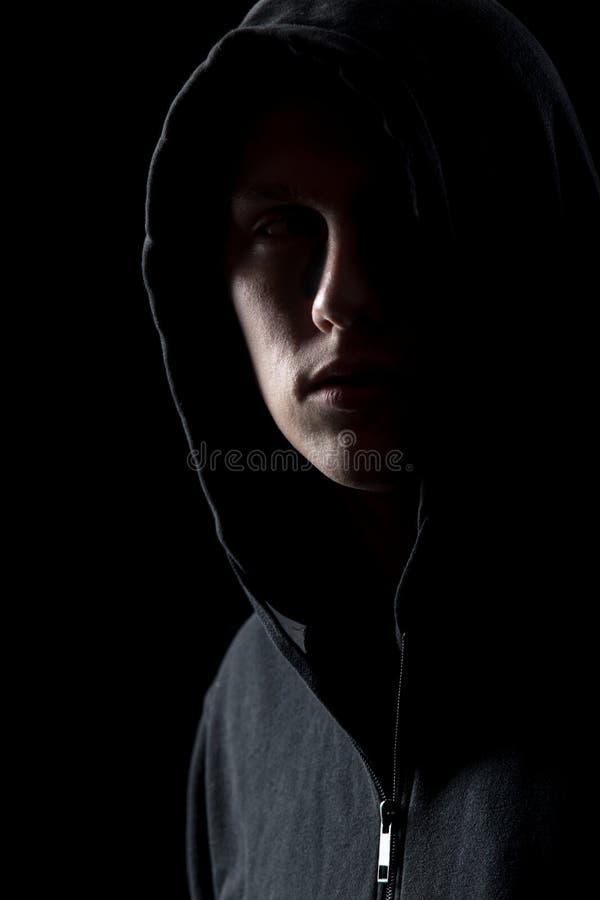 Πορτρέτο του μυστήριου ατόμου στο σκοτάδι στοκ εικόνες