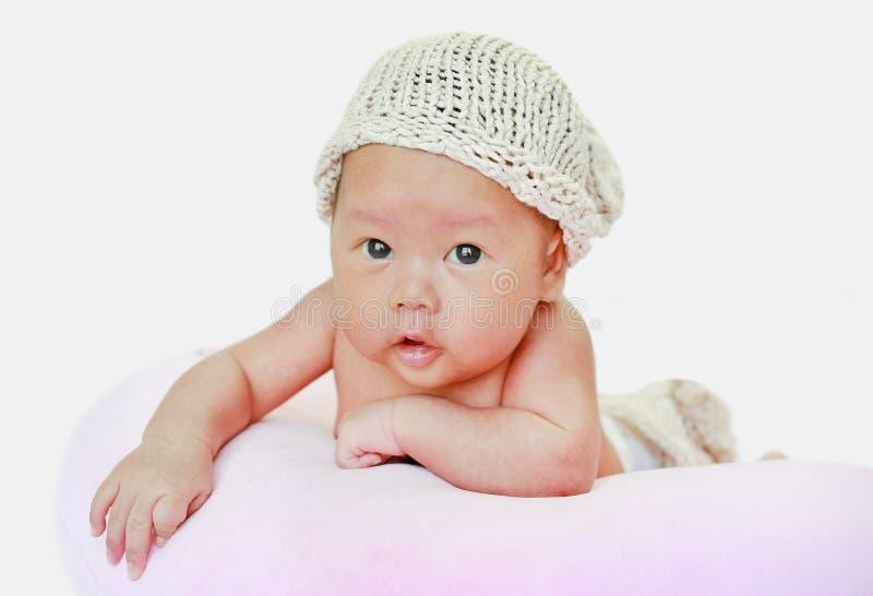 Πορτρέτο του μωρού νηπίων στο άσπρο υπόβαθρο που βρίσκεται στο ρόδινο μαξιλάρι στοκ φωτογραφία με δικαίωμα ελεύθερης χρήσης