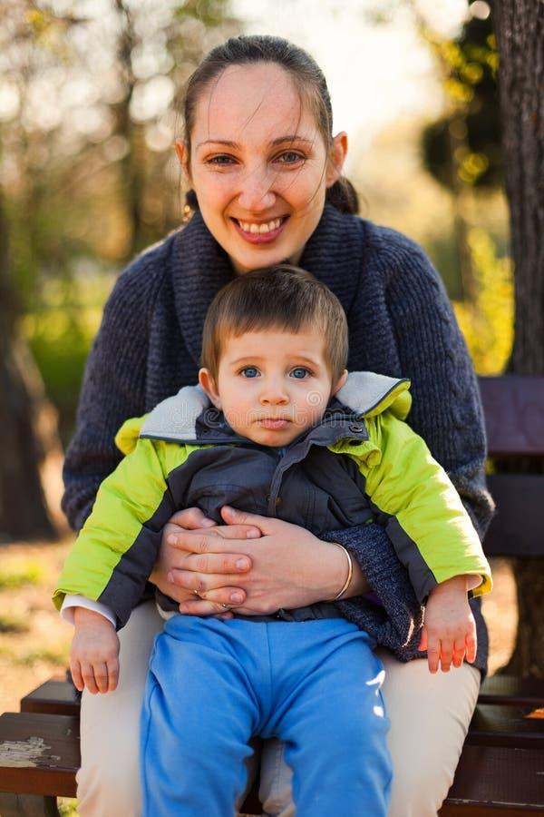 Πορτρέτο του νέου αγοριού με τη μητέρα του στοκ φωτογραφία με δικαίωμα ελεύθερης χρήσης
