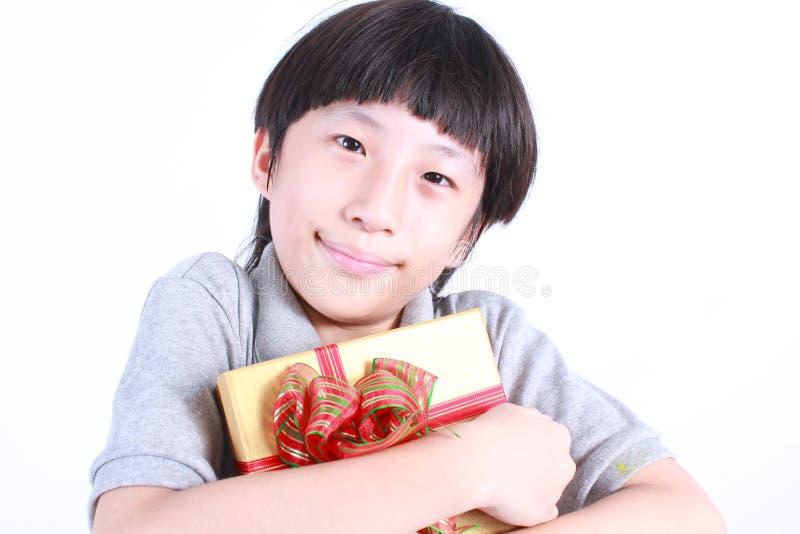 Πορτρέτο του νέου αγοριού που κρατά ένα παρόν στοκ φωτογραφίες με δικαίωμα ελεύθερης χρήσης