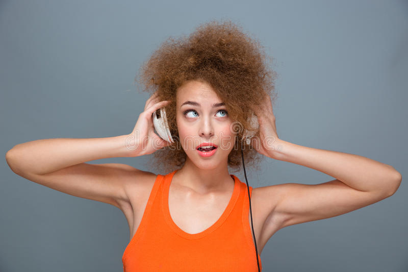 Download Πορτρέτο του νέου ακούσματος γυναικών τη μουσική με τα ακουστικά Στοκ Εικόνες - εικόνα από απομονωμένος, ακουστικά: 62724422