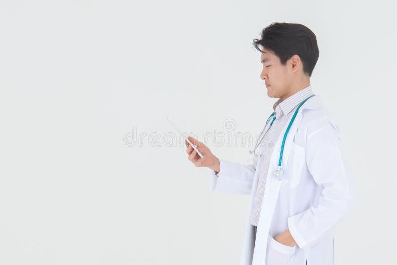 Πορτρέτο του νέου αρσενικού ιατρού ασιατικών ευτυχούς και χαμόγελου με το stethoscop στοκ φωτογραφία με δικαίωμα ελεύθερης χρήσης