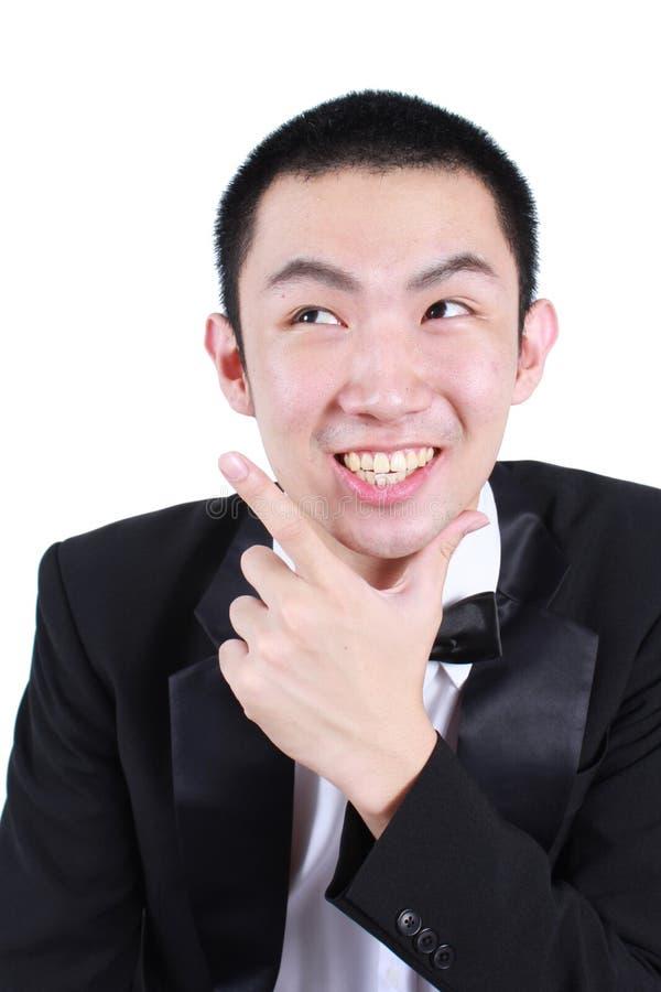 Πορτρέτο του νέου ασιατικού ατόμου που φορά το σμόκιν στοκ φωτογραφίες