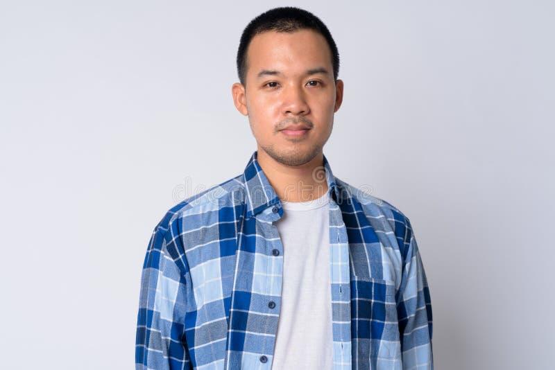 Πορτρέτο του νέου ασιατικού ατόμου hipster με την κοντή τρίχα στοκ φωτογραφία