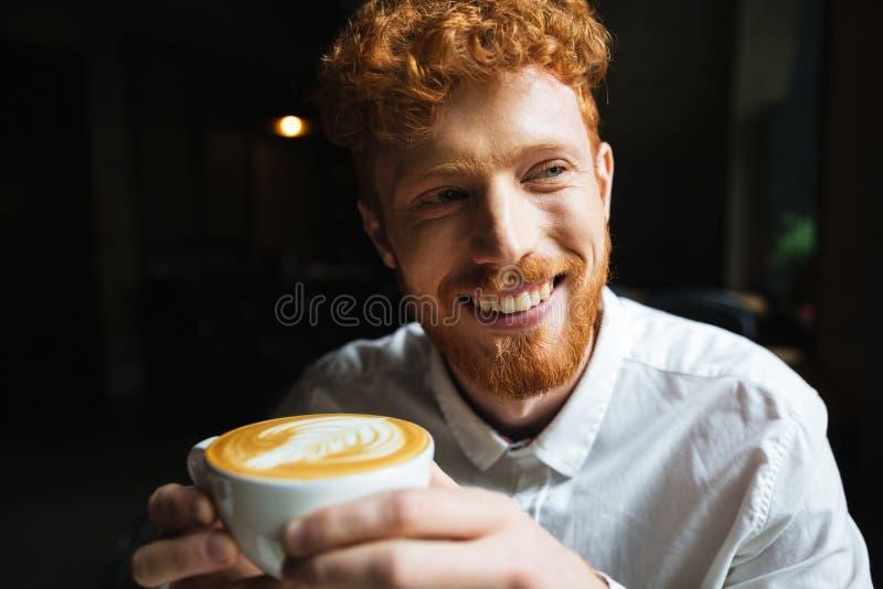 Πορτρέτο του νέου γενειοφόρου ατόμου readhead με το γοητευτικό χαμόγελο στο wh στοκ εικόνα με δικαίωμα ελεύθερης χρήσης