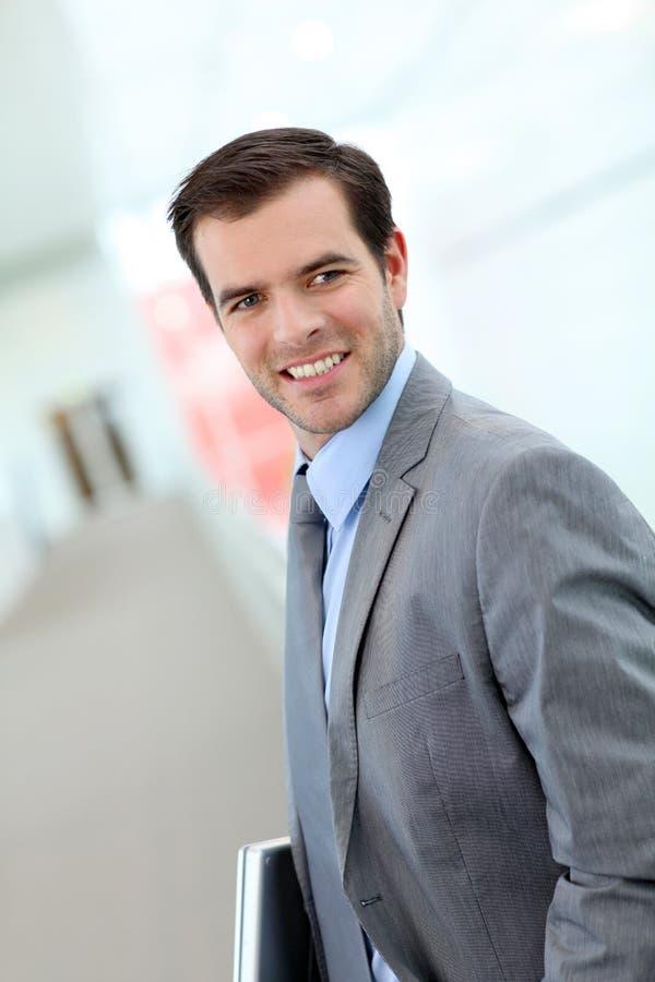 Πορτρέτο του νέου επιχειρηματία που στέκεται στο διάδρομο στοκ φωτογραφία με δικαίωμα ελεύθερης χρήσης