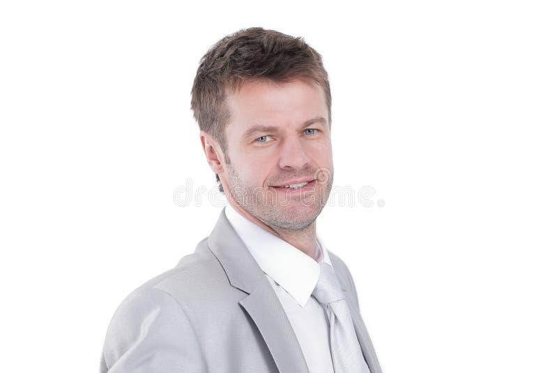 Πορτρέτο του νέου επιχειρηματία σε ένα γκρίζο κοστούμι στοκ φωτογραφίες