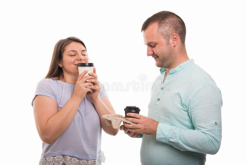 Πορτρέτο του νέου ευτυχούς ζεύγους που απολαμβάνει το φλιτζάνι του καφέ στοκ φωτογραφίες με δικαίωμα ελεύθερης χρήσης