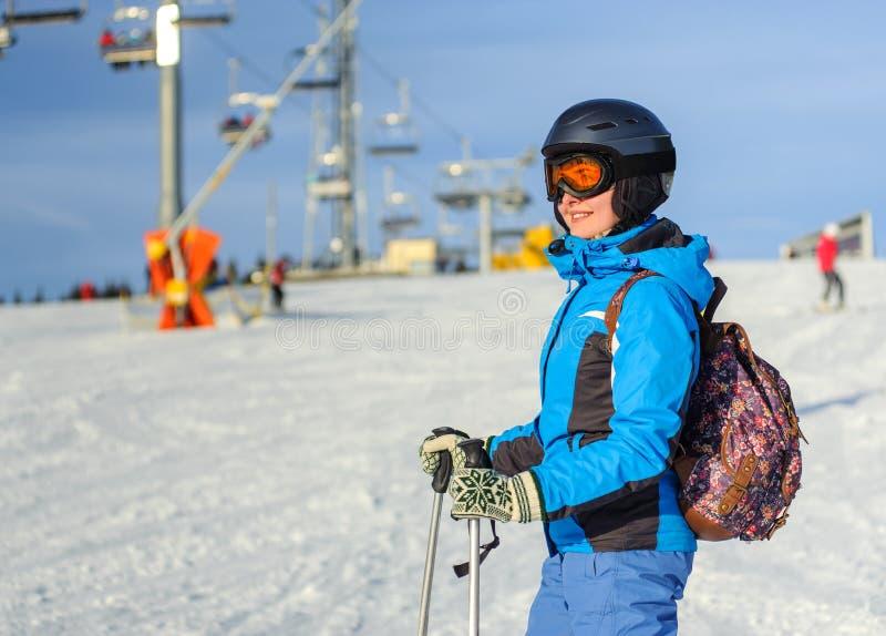 Πορτρέτο του νέου ευτυχούς σκιέρ γυναικών στο χιονοδρομικό κέντρο στοκ εικόνες