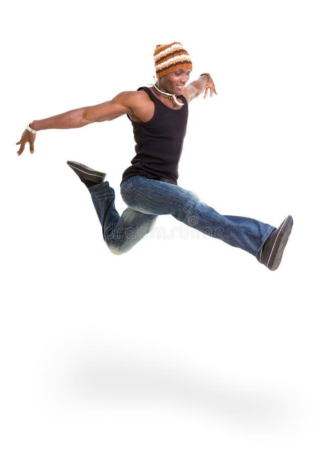 Πορτρέτο του νέου εύθυμου αφρικανικού άλματος ατόμων στοκ φωτογραφία