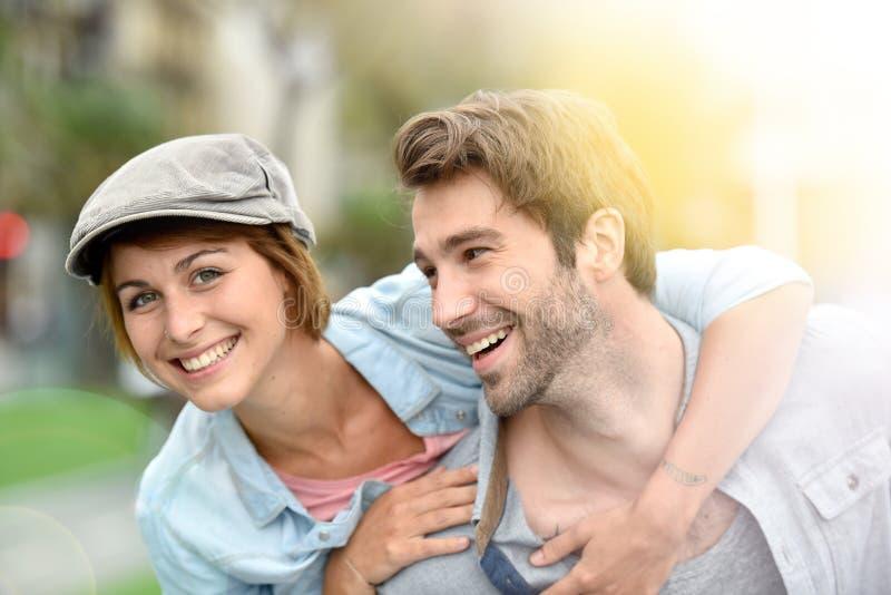 Πορτρέτο του νέου ζεύγους που απολαμβάνει από κοινού στοκ εικόνες