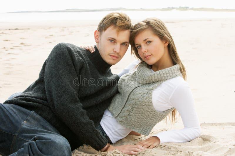 Πορτρέτο του νέου ζεύγους στην παραλία στοκ εικόνα με δικαίωμα ελεύθερης χρήσης
