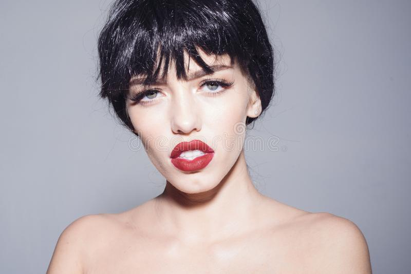 Πορτρέτο του νέου θηλυκού με το μαύρο βαρίδι hairstyle, προκλητικά κόκκινα χείλια Κορίτσι Brunette με τη λαμπρή στιλπνή κοντή τρί στοκ φωτογραφίες