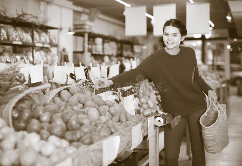 Πορτρέτο του νέου θηλυκού πελάτη στο παντοπωλείο στοκ εικόνες