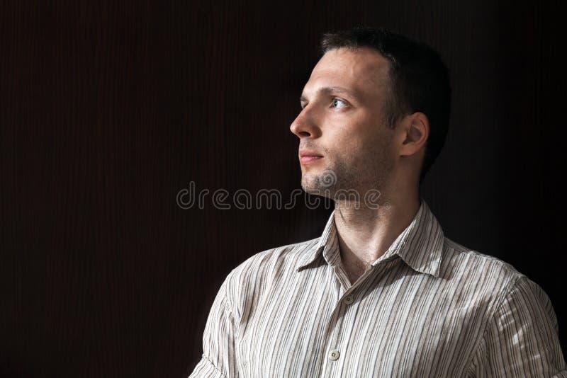 Πορτρέτο του νέου καυκάσιου ατόμου επάνω από το Μαύρο στοκ φωτογραφίες