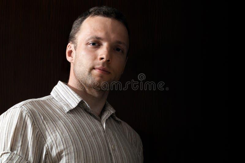 Πορτρέτο του νέου καυκάσιου ατόμου στο Μαύρο στοκ φωτογραφίες με δικαίωμα ελεύθερης χρήσης