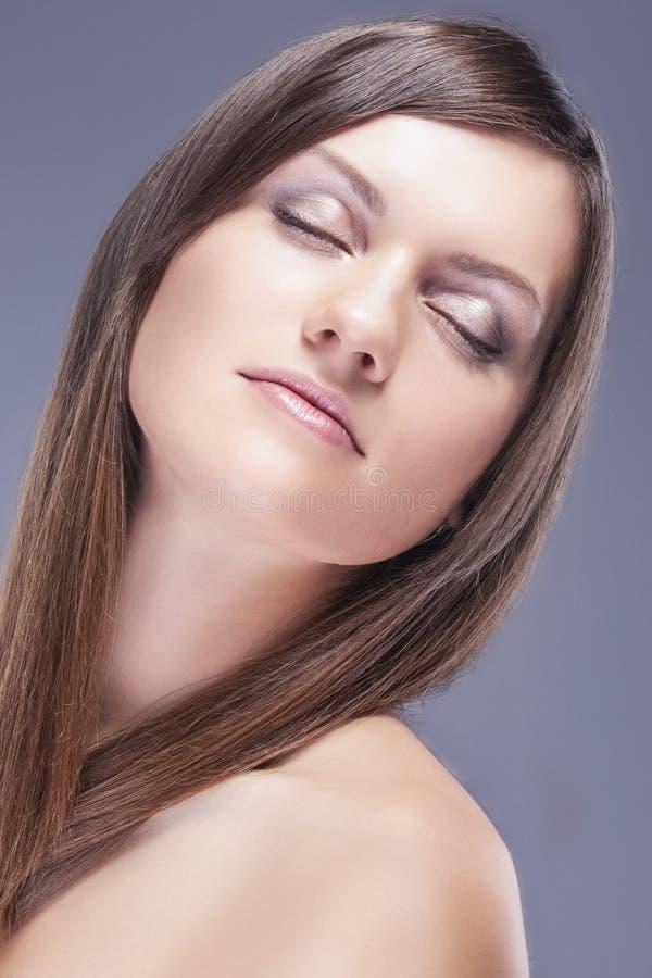 Πορτρέτο του νέου καυκάσιου θηλυκού δέρματος με την υγιή τρίχα για φυσικό καλλυντικό Makeup στοκ φωτογραφίες με δικαίωμα ελεύθερης χρήσης