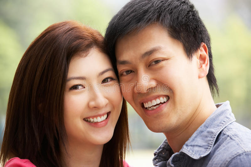 Πορτρέτο του νέου κινεζικού ζεύγους στοκ φωτογραφίες με δικαίωμα ελεύθερης χρήσης