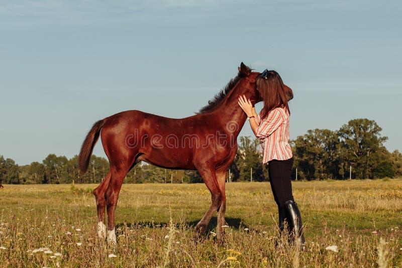 Πορτρέτο του νέου κοριτσιού με foal στο αγρόκτημα στοκ φωτογραφία