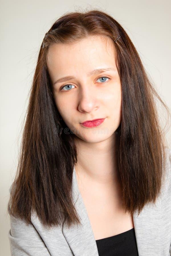Πορτρέτο του νέου κοριτσιού ομορφιάς με μακρυμάλλη στοκ φωτογραφία με δικαίωμα ελεύθερης χρήσης