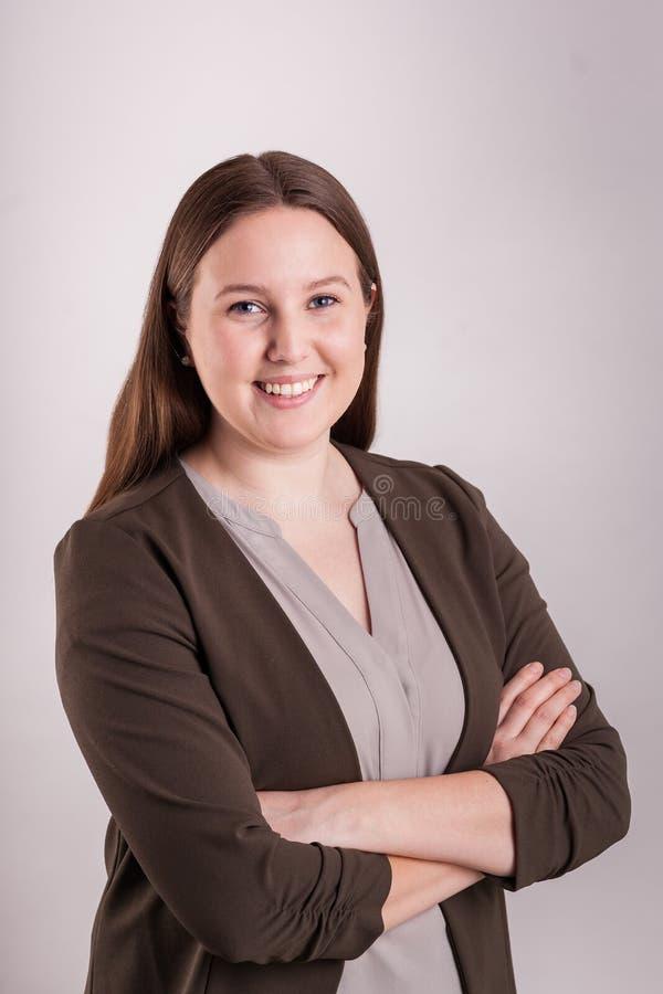Πορτρέτο του νέου μεγάλου χαμόγελου επιχειρησιακών επαγγελματικού γυναικών στοκ εικόνες με δικαίωμα ελεύθερης χρήσης