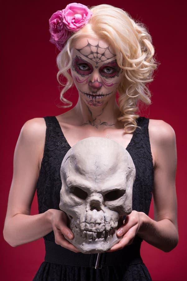 Πορτρέτο του νέου ξανθού κοριτσιού με Calaveras makeup στοκ εικόνα με δικαίωμα ελεύθερης χρήσης