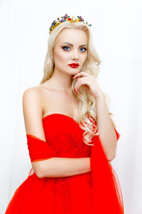 Πορτρέτο του νέου ξανθού κοριτσιού ομορφιάς με τα κόκκινα χείλια στοκ εικόνα