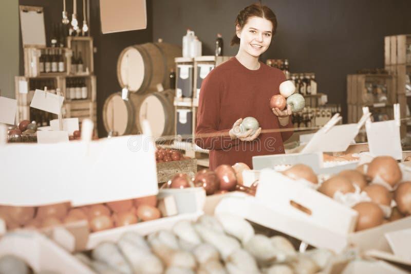 Πορτρέτο του νέου πελάτη που επιλέγει το μήλο στο παντοπωλείο στοκ φωτογραφία με δικαίωμα ελεύθερης χρήσης
