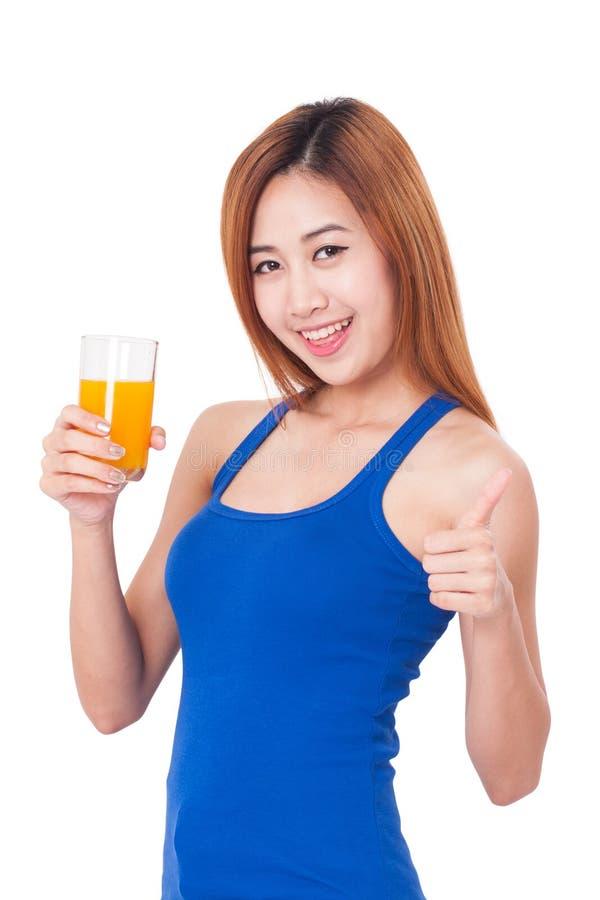 Πορτρέτο του νέου ποτηριού εκμετάλλευσης γυναικών του χυμού από πορτοκάλι στοκ φωτογραφίες με δικαίωμα ελεύθερης χρήσης