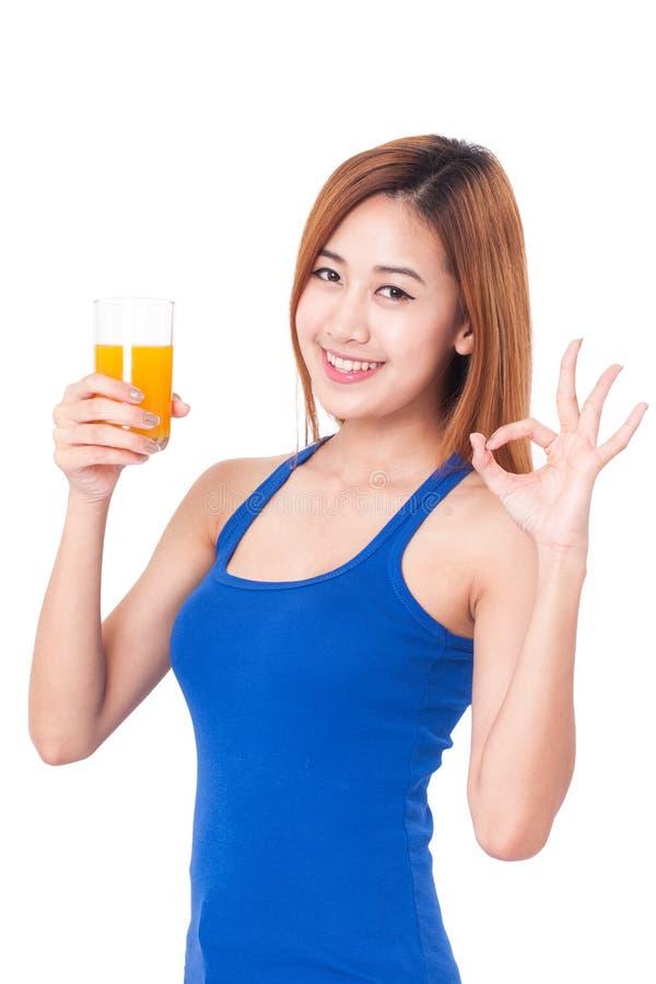 Πορτρέτο του νέου ποτηριού εκμετάλλευσης γυναικών του χυμού από πορτοκάλι στοκ εικόνα με δικαίωμα ελεύθερης χρήσης