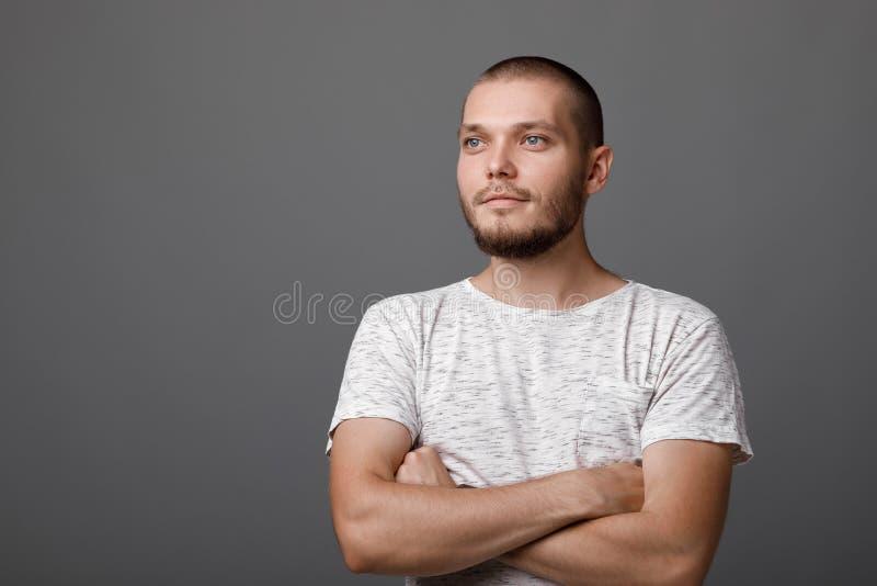Πορτρέτο του νέου υπερήφανου ατόμου στοκ φωτογραφίες με δικαίωμα ελεύθερης χρήσης