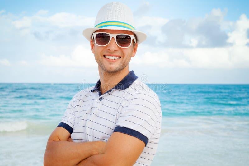 Πορτρέτο του νέου χαμογελώντας καυκάσιου ατόμου στην παραλία στοκ εικόνες