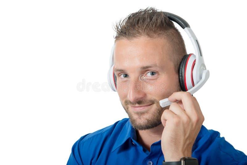 Πορτρέτο του νέου όμορφου ατόμου με την κάσκα και του μπλε πουκάμισου στο wh στοκ εικόνες