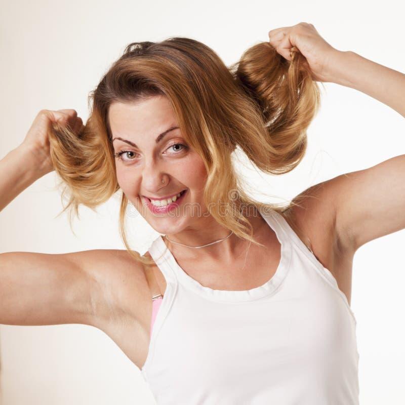 Πορτρέτο του νέου όμορφου ευτυχούς παιχνιδιού γυναικών χαμόγελου με την στοκ φωτογραφία με δικαίωμα ελεύθερης χρήσης