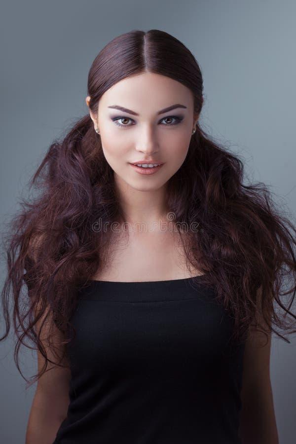 Πορτρέτο του νέου όμορφου κοριτσιού η μόδα σεντονιών βάζει τις σαγηνευτικές νεολαίες λευκών γυναικών φωτογραφιών στοκ φωτογραφία