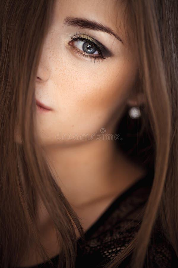 Πορτρέτο του νέου όμορφου κοριτσιού η μόδα σεντονιών βάζει τις σαγηνευτικές νεολαίες λευκών γυναικών φωτογραφιών στοκ εικόνα με δικαίωμα ελεύθερης χρήσης