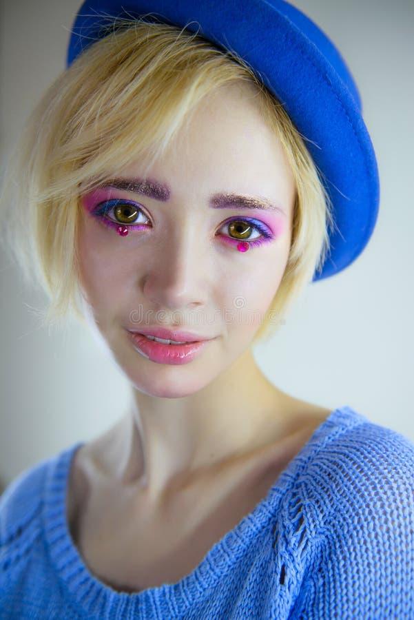 Πορτρέτο του νέου όμορφου κοριτσιού με το ρόδινο makeup στοκ φωτογραφία με δικαίωμα ελεύθερης χρήσης