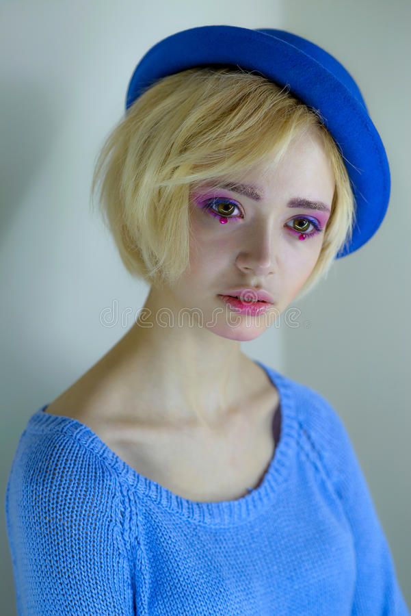 Πορτρέτο του νέου όμορφου κοριτσιού με το ρόδινο makeup στοκ φωτογραφίες