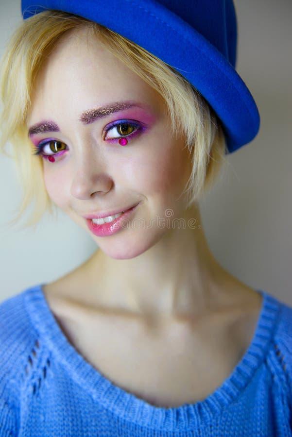 Πορτρέτο του νέου όμορφου κοριτσιού με το ρόδινο makeup στοκ εικόνες με δικαίωμα ελεύθερης χρήσης