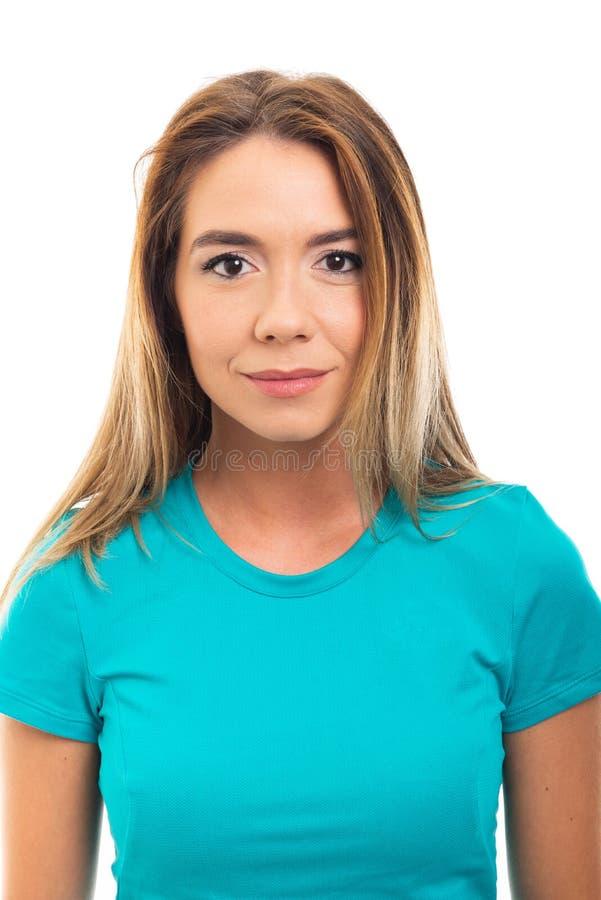 Πορτρέτο του νέου όμορφου κοριτσιού που φορά την μπλούζα και το χαμόγελο στοκ φωτογραφία