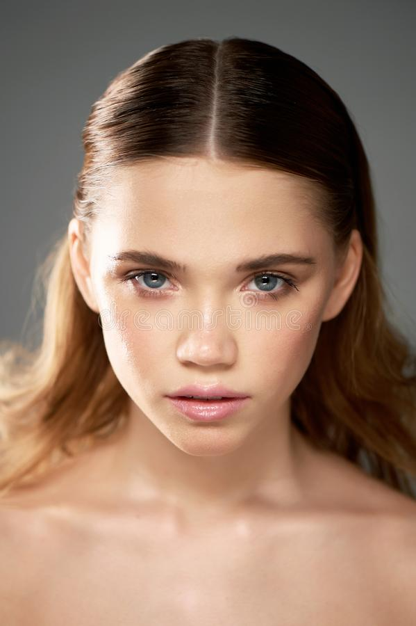 Πορτρέτο του νέου όμορφου κοριτσιού στο στούντιο, με το επαγγελματικό makeup Πυροβολισμός ομορφιάς Πορτρέτο ομορφιάς ενός όμορφου στοκ φωτογραφίες με δικαίωμα ελεύθερης χρήσης