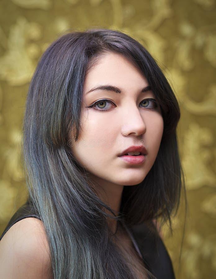 Πορτρέτο του νέου όμορφου κοριτσιού στοκ φωτογραφία
