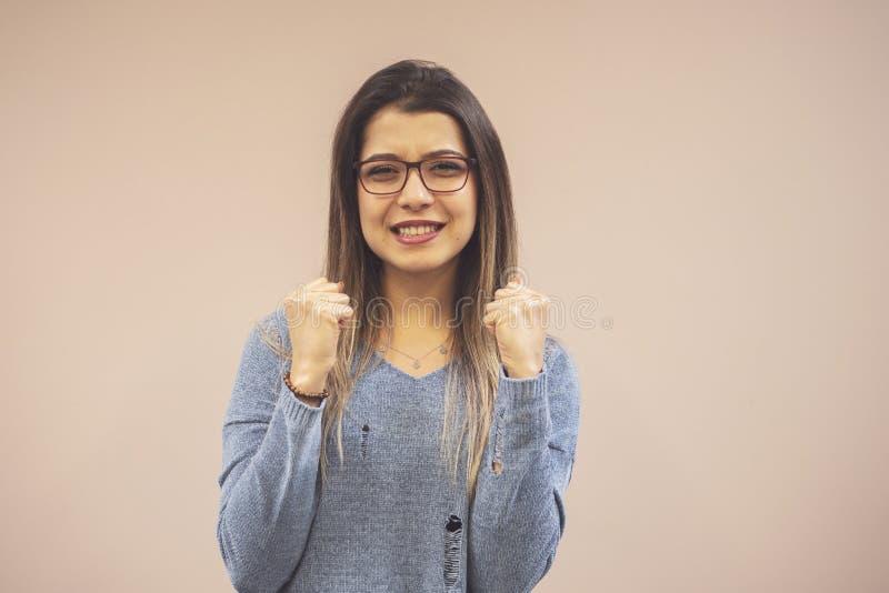 Πορτρέτο του νέου όμορφου φιλόδοξου απομονωμένου γυναίκα υποβάθρου σπουδαστών στοκ εικόνες
