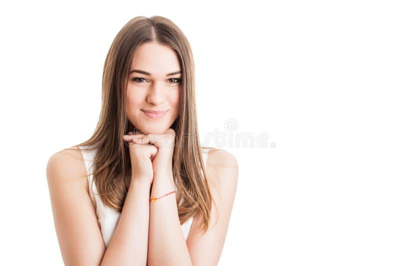 Πορτρέτο του νέου όμορφου χαμόγελου γυναικών και της τοποθέτησης που χαλαρώνουν στοκ φωτογραφία με δικαίωμα ελεύθερης χρήσης