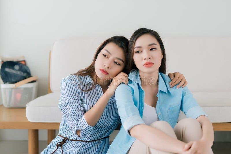 Πορτρέτο του νέων λυπημένων κοριτσιού και του φίλου που υποστηρίζουν την στοκ εικόνα
