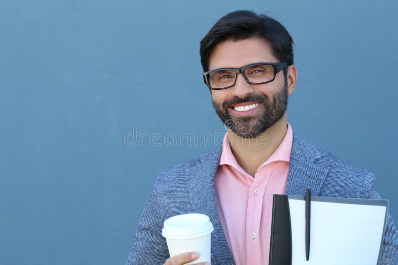 Πορτρέτο του νέων φλυτζανιού και του φακέλλου καφέ εκμετάλλευσης επιχειρηματιών Smiley με τα έγγραφα στοκ εικόνες με δικαίωμα ελεύθερης χρήσης